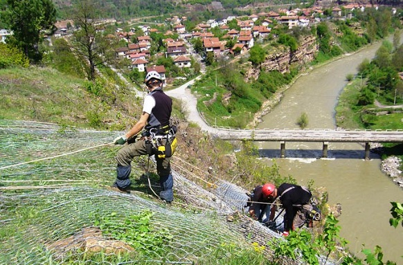 Композитна мрежа защитава от падащи камъни в района на жп гара Церово